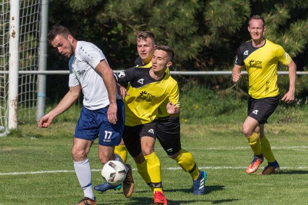 Sprava Matúš Mišuta, Dominik Pružinský a Michal Rajtár naháňajú martinského strelca Patrika Kolárika, ktorý v Sľažanoch, kde v minulosti pôsobil, vyšiel gólovo naprázdno.