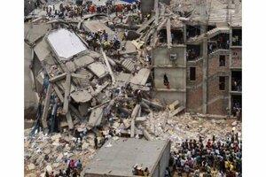 Trosky textilnej továrne v Bangladéši.