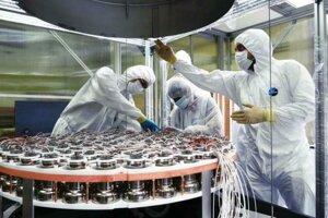 Príprava detektoru XENON1T. Prístroj je určený na hľadanie tmavej hmoty, no tentokrát sa mu podarilo odmerať polčas rozpadu xenónu-124, ktorý trvá biliónkrát dlhšie ako je vek vesmíru.