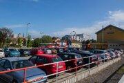 Súčasné parkovisko pri železničnej stanici v Pezinku.