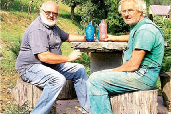 Peter Greksa (vľavo) a Ján Samaš z Dolnej Bzovej sa roky zaujímajú o históriu bzovských sklární.