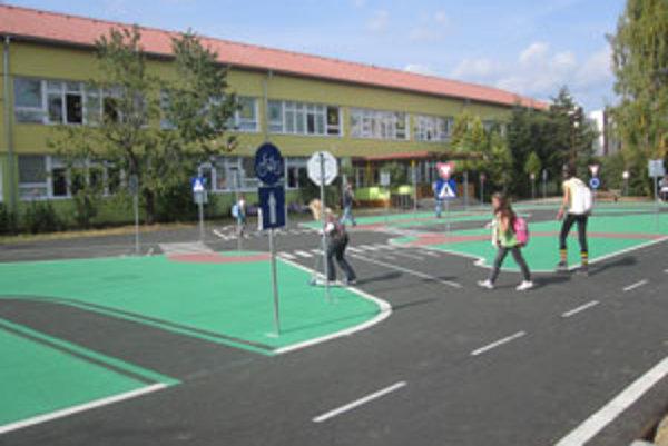 O chod dopravného ihriska sa bude starať zamestnanec školy.
