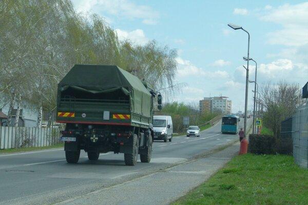 Vojenské konvoje sa objavia na cestách aj v okolí Levíc.