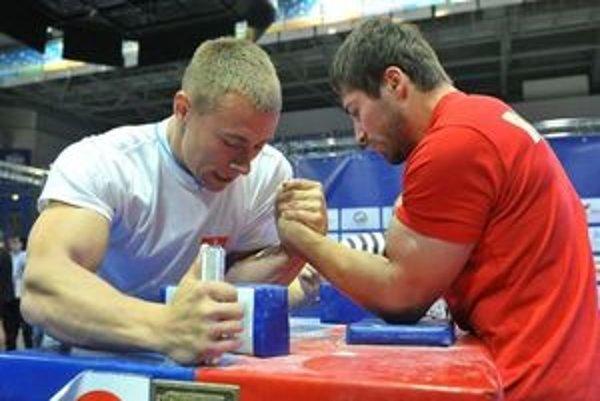 Armwrestler Ján Vojenčák (vľavo) by rád hájil farby Slovenska na blížiacom sa svetovom šampionáte v Kazachstane.