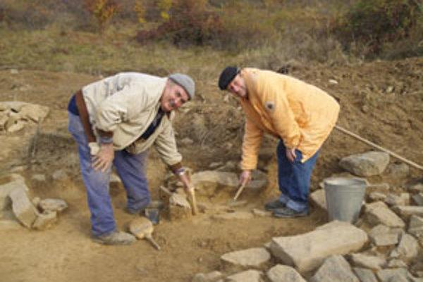 Pod Striebornou sa podľa odborníkov nachádza až šesťsto hrobov. Každý z nich je niečím unikátny.