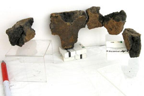 Výnimočným objavom bol nález torza hlineného podstavca, z ktorého sa zachovali len fragmenty.