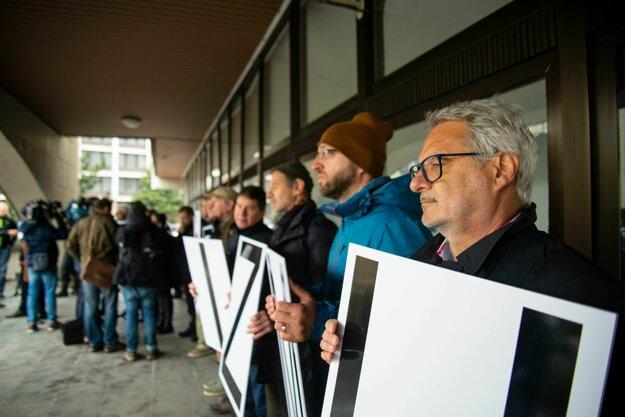 Protestujúci proti fašizmu pred budovou Najvyššieho súdu.