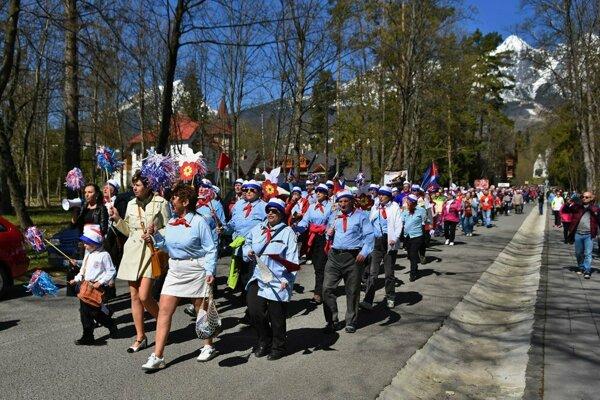 Tradičný retro sprievod v Tatranskej Lomnici. Vlani sa doň zapojilo približne 1 500 ľudí.