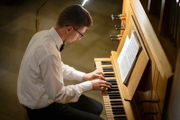 . Na portáli youtube si založil aj vlastný kanál, na ktorom prezentuje liturgické piesne aj skladby z Jednotného katolíckeho spevníka.