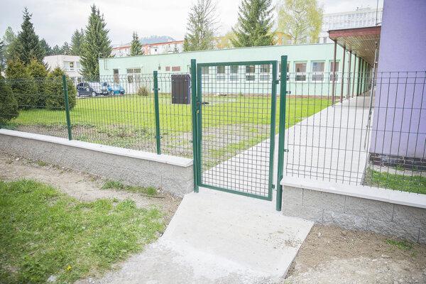 Nový plot s bráničkou.
