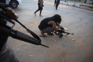 Vláda v Tripolise tvrdí, že opozičné sily zabíjajú civilistov a vyháňajú ich z domov