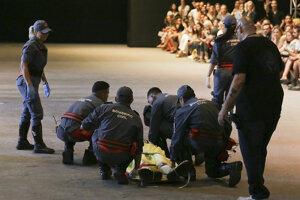 Záchranári pri pokuse oživiť modela, ktorý skonal priamo na móle.