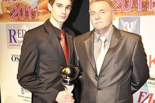 Ocenený Tomáš Veszelka so svojím trénerom Danielom Paukom.