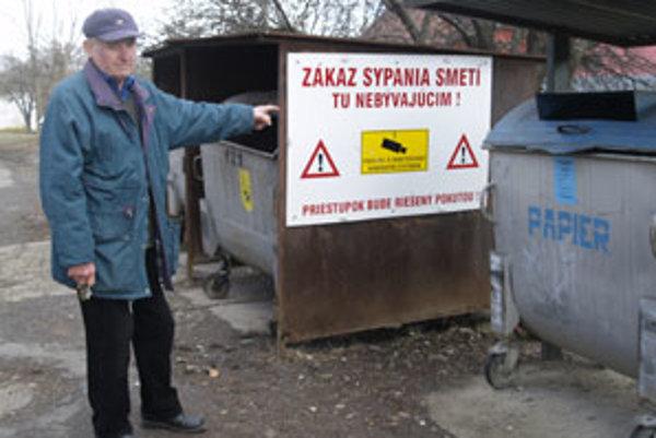 Obyvatelia sa rozhodli v blízkosti smetných košov nainštalovať tabuľu.