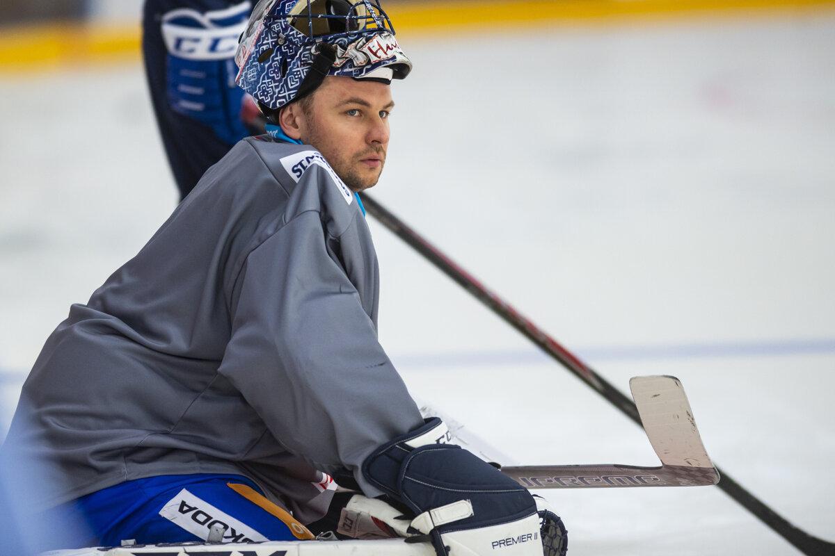 93c8d098446a Na snímke brankár Július Hudáček počas tréningu slovenskej hokejovej  reprezentácie v rámci Euro Hockey Challenge v
