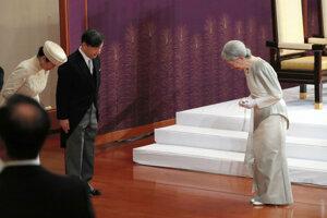 Cisárovná MIčiko (vpravo) sa zdraví s nástupcom Naruhitom a princeznou Masako.