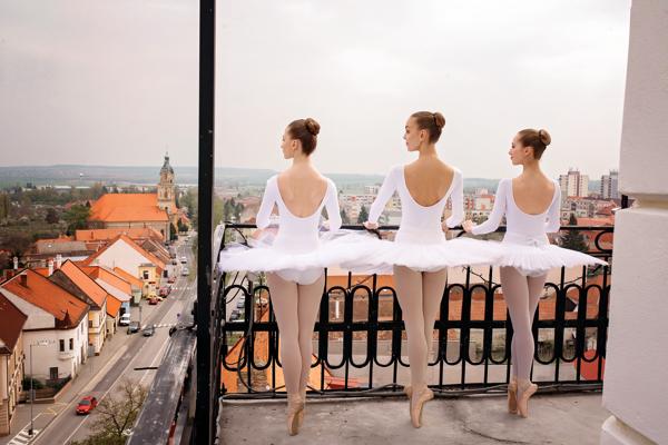 Na fotografii Tereza Húsková, Kristína Slováková, Lucia Michalíková z Tanečného konzervatória Evy Jaczovej.