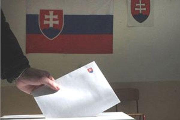 Dnes ráno o 7.010 hodine začali predčasné parlamentné voľby.