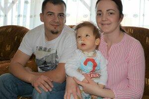 Ján a Mária Mravíkovci so svojím synčekom.