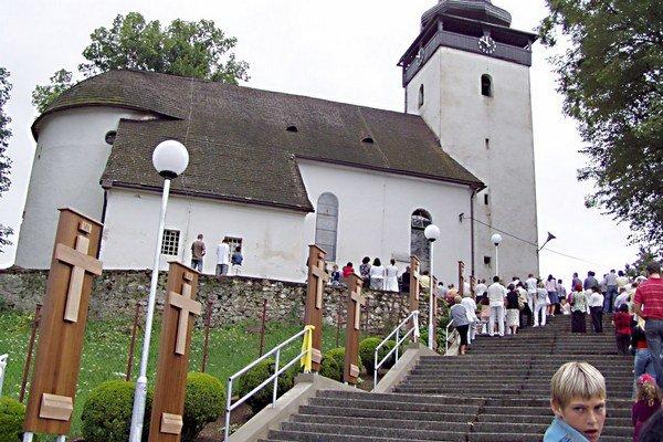 Krížová cesta je popri schodoch do kostola.