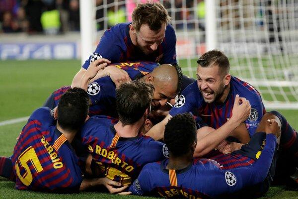 Futbalisti Barcelony oslavujú víťazstvo nad Liverpoolom v prvom zápase semifinále Ligy majstrov.
