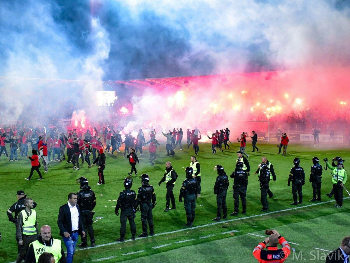 36b3814a52 Trnavskí fanúšikovia dostali na štadión množstvo pyrotechniky. Po  penaltovom rozstrele tisícky vtrhli aj na hraciu