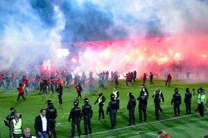 Trnavskí fanúšikovia dostali na štadión množstvo pyrotechniky. Po penaltovom rozstrele tisícky vtrhli aj na hraciu plochu.