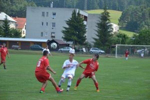 Domaniža (v bielom) zvládla derby s Malými Lednicami v boji o finále.