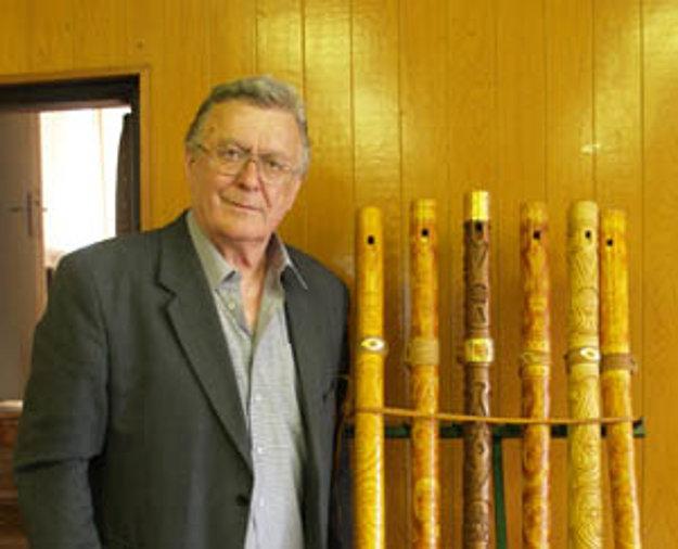 Tibor Kobliček je v oblasti ľudovej tvorby známy vďaka tomu, že vyrába okolo štyridsať rôznych druhov ľudových nástrojov. Na všetkých aj hrá.
