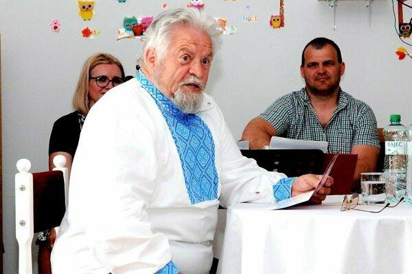Ondrej Nagaj pri čítaní svojej knihy.