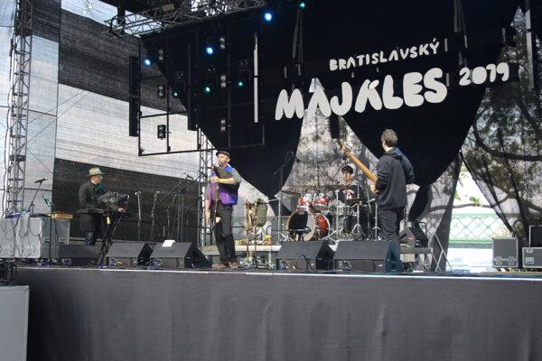 Slovenskí hudobníci Folk & Bass Orchestra počas vystúpenia v rámci mestského open air festivalu Bratislavský majáles 2019 na Tyršovom nábreží.