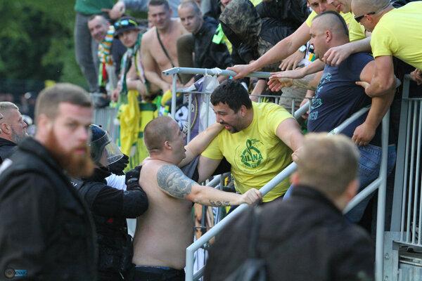Viacero žilinských fanúšikov utrpelo zranenia.