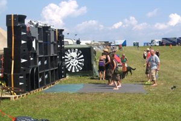 Lúka neďaleko obce Šoltýska ožila. Prišli sem aj cudzinci, aby sa zabavili pri hudbe pod holým nebom.