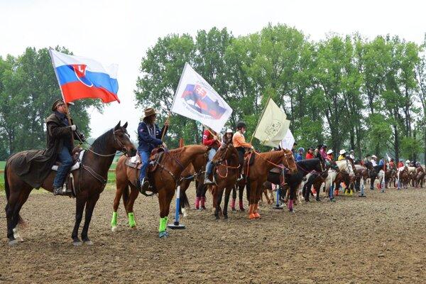 Nástup jazdcov na prvé tohtoročné preteky.