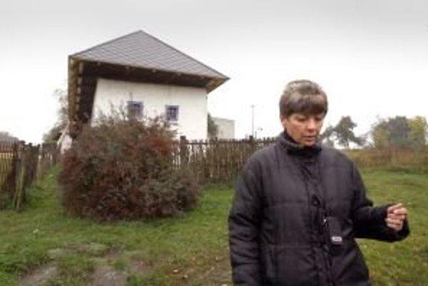 Starostka Sucháňa Anna Triznová  dúfa, že sa raz nájde spôsob, ako na hlinený dom zase vrátiť slamenú strechu, ktorá na ňom vydržala skoro 140 rokov.