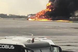Lietadlo narazilo na pristávaciu dráhu podvozkom, následne aj nosom. Stroj potom začal horieť.