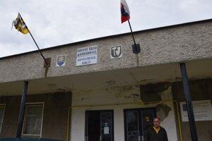 Starosta Konrádoviec Tivadar Karkus je z aktuálneho stavu budovy obecného úradu zúfalý.