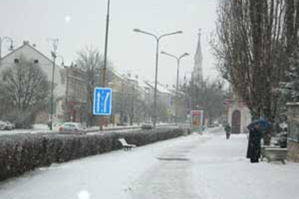 Cesty a chodníky v Lučenci sú pokryté snehom.