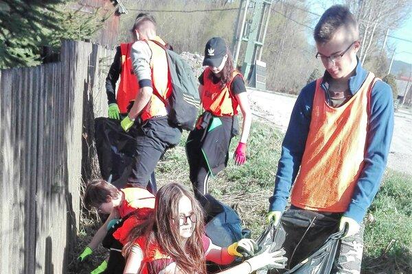 Deti si vysúkali rukávy, aby pomohli Zemi.