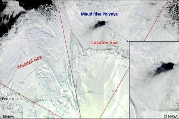 Polynia v ľadovej pokrývke nad Lazarerovým morom v septembri 2017.