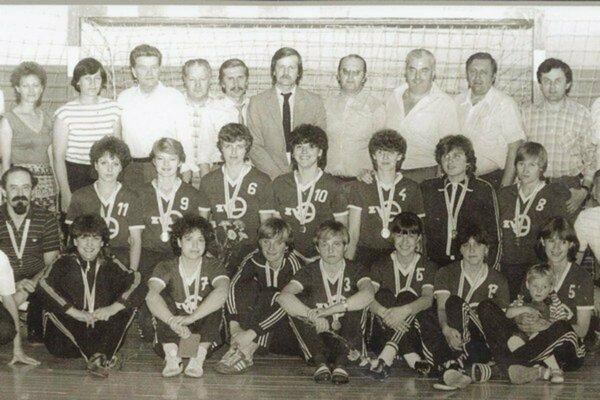 Hádzanárky ZVL Prešov na archívnej fotografii po víťazstve v najvyššej československej súťaži v roku 1984.