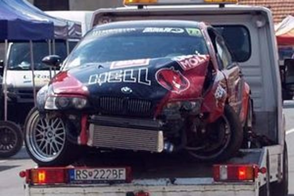 Havarované BMW dorazilo do cieľa na plošine odťahovacieho auta.