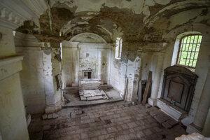 Kostolík z roku 1813 postavili po vyhorení hradu Čabraď ako náhradu za hradnú kaplnku.