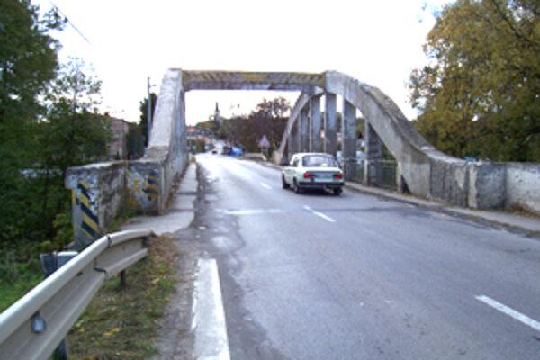 Práce na oprave starého mostu by mali trvať približne jeden rok.