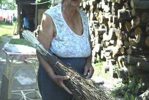 Valéria Rafaelová pletie kvalitné brezové metly.V dedine je o ne veľký záujem.