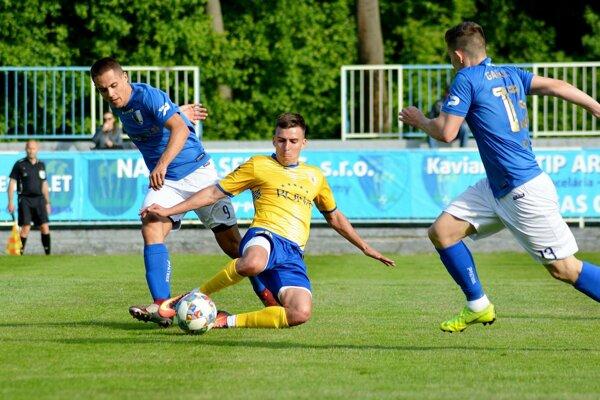 V modrých dresoch Ladislav Tóth a Kevin Zsigmond, v žltom hosťujúci Martin Krištof.