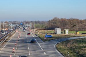 Diaľnica A5 počas stavby elektrifikovaného úseku.