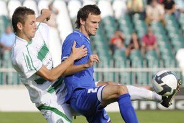 Futbalista LAFC Lučenec Peter Ďurica (vpravo) sa počas duelu nečakane pošmykol na lopte.