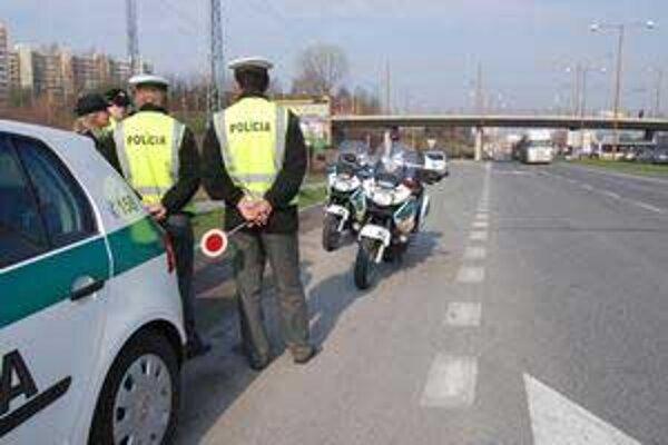 Niektorí vodiči obmedzenú rýchlosť nerešpektujú, rútia sa cez obce aj stovkou.