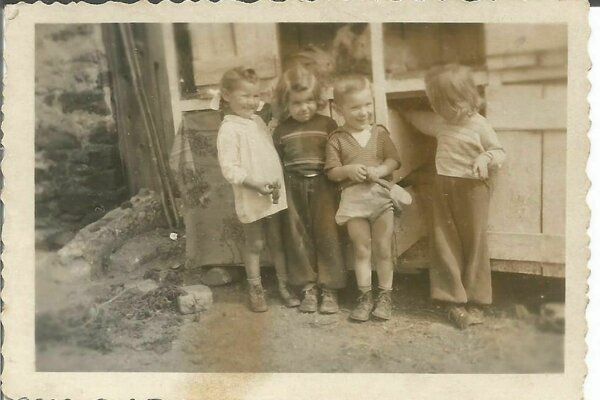 Deti z breznianskej Uličky hugánske nárečie ovládali. Na snímke pani Danuša so sesternicami a kamarátom.
